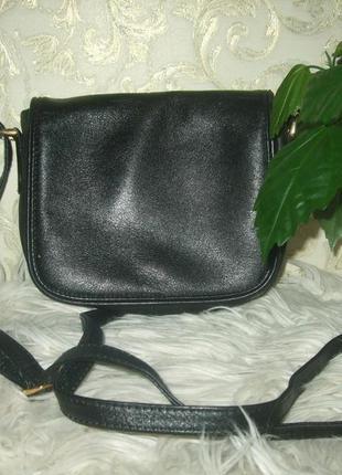 Небольшая сумочка с длинной ручкой через плечо