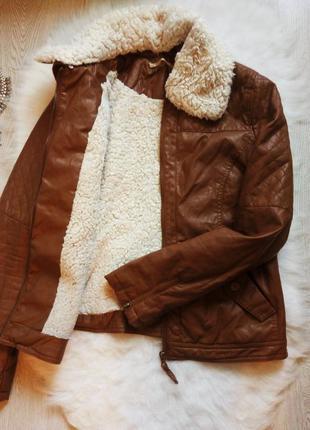 Теплая коричневая куртка кожанка деми с белым мехом косуха сте...
