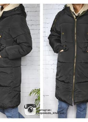 Черная длинная куртка пуховик с капюшоном карманами до колен д...