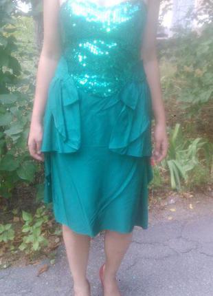 Яркое платье изумрудного цвета, расшитое пайетками
