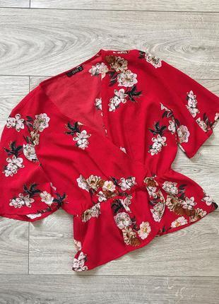 Красная блуза в цветы