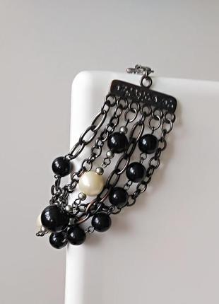 Черно-белый браслет из цепей и бусин под жемчуг