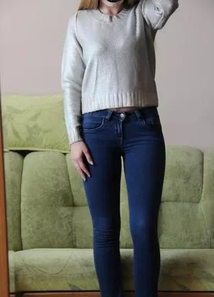 Серебристый свитер H&M с напылением