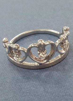 Кольцо в виде короны из сердец с вставками из фианитов и золотой