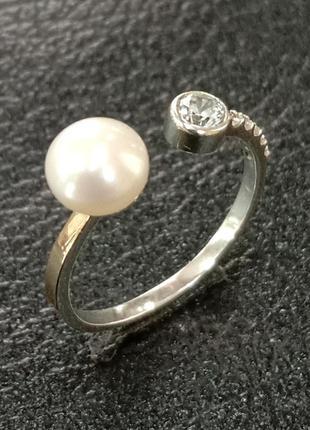 Кольцо с жемчужиной вставками из фианитов и золотой накладкой