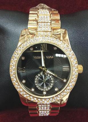 Женские часы  с вставками из фианитов и металлическим браслетом