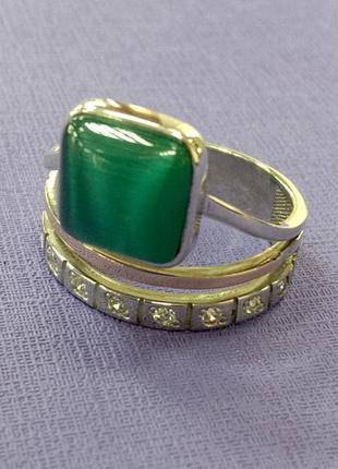 Кольцо с зеленым улекситом вставками фианитов и золотыми...
