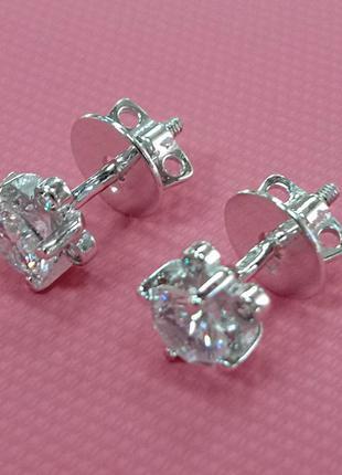 Серебряные женские серьги пусеты с фианитом на четырех закрепах и