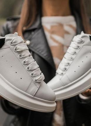 Alexander mcqueen женские кроссовки белые