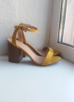 Босоножки замшевые на толстом каблуке от new look как новые