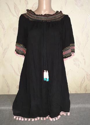 Черное пляжное платье с открытыми плечами с кисточками
