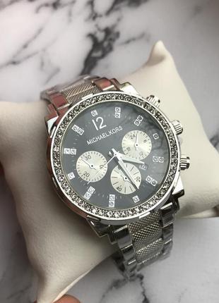 Часы серебристые с черным циферблатом