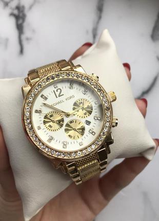 Часы в золотом цвете с белым циферблатом