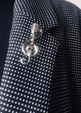 Оригинальная брошь микрофон в скрипичном ключе