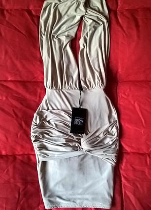 Сексуальное бежевое коктейльное платье с красивым вырезом