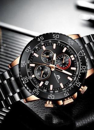 Водонепроницаемые часы из часовой стали с металическим браслетом.