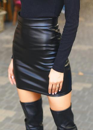 Мини юбка кожаная черная на флисе черная