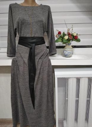Длинное серое платье с черным поясом