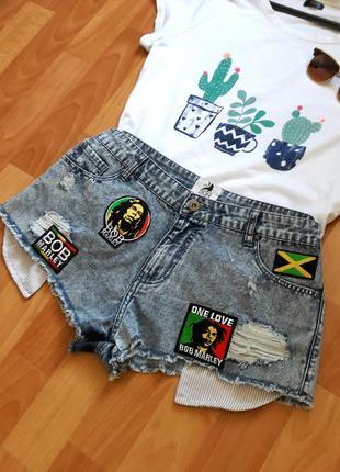 Джинсовые шорты  с нашивками на завышенной посадке denim co