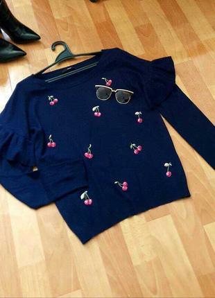 Классный синий джемпер с вышивкой и рюшами на рукавах