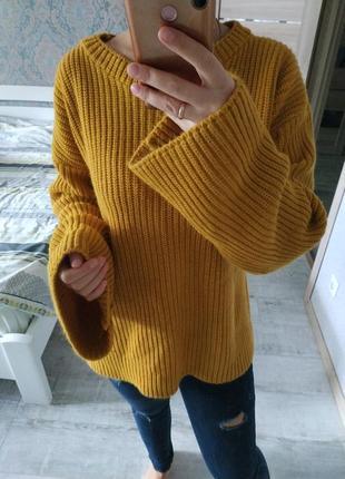 Теплый стильный свитер оверсайз клешенные рукава горчичный цвет