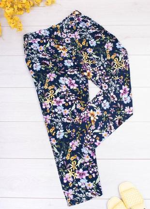 Женские темно-синие брюки в цветочный принт