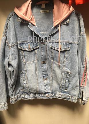 Стильная джинсовая куртка с пудровым капюшоном