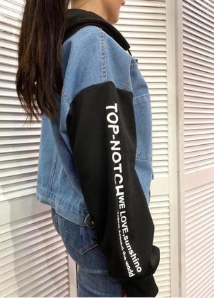 Укороченная джинсовая женская куртка с сьемным капюшоном