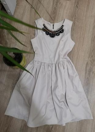Стильна сукня.