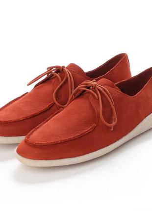 Яркие кожаные туфли нубук clarks