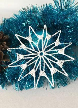 Белая вязаная крючком снежинка для декора, украшение на елку