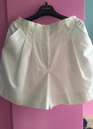 Модные белые шорты с высокой талией и защипами