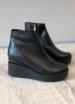 Демисезонные кожаные ботинки ботильоны на платформе