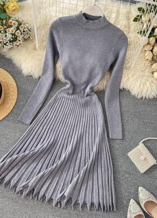 Трикотажное платье с плиссировкой