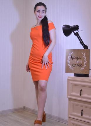 Бобезное яркое платье оранжевого неонового цвета подчеркивает ...