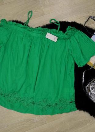 Зеленая блуза с открытыми плечами