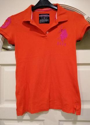 Оранжевая футболка поло с воротником и значком