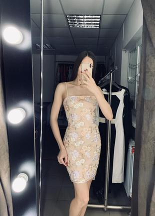 Персиковое платье с вышивкой