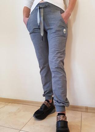 Спортивные штаны серого цвета италия