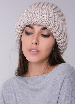 Бежевая шапка крупной вязки