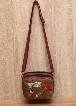 Бордовая маленькая сумка кроссбоди с нашивками велюр с кожзамом.