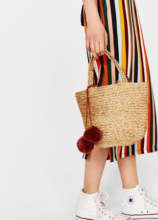 Соломенная плетеная сумка-корзина с помпонами
