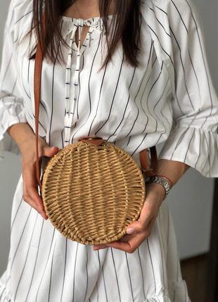 Круглая плетеная сумочка соломенная кросс-боди с кожаным ремешком