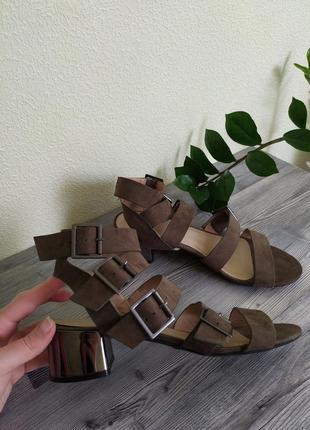 Стильные босоножки с пряжками и серебристым каблуком