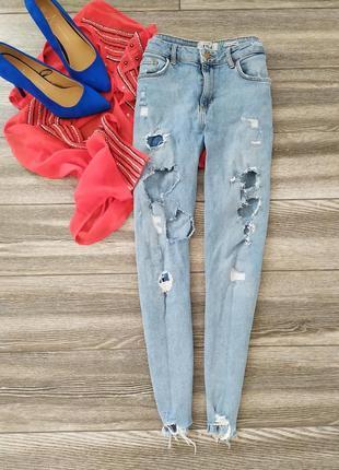 Крутые рваные джинсы скинни с рваным низом высокой посадкой