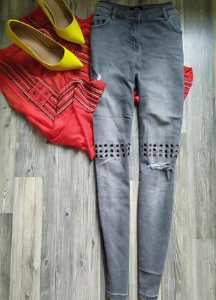 Крутые джинсы скинни  с высокой посадкой талией и люверсами