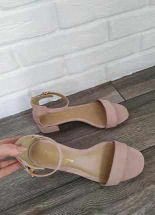 Стильные босоножки сандалии на низком каблуке