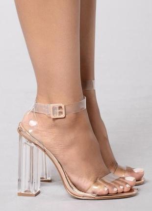 Стильные босоножки на стеклянли прозрачном каблуке