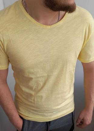 Однотонная футболка мужская