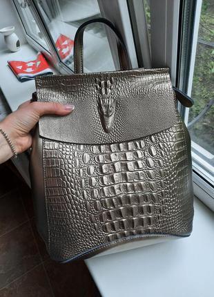 Красивый кожаный рюкзак с тиснением